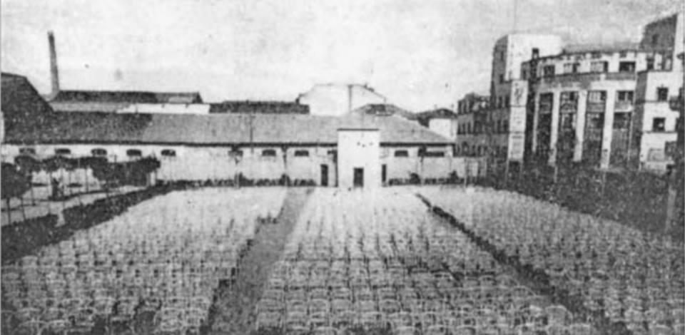 """L'immenso cinema all'aperto in piazza Turati. Non mi ricordo più come si chiamava: può darsi """"supercinema"""", nome poi attribuito a quell'altro cinema all'aperto di via Verdi, nella parte diroccata del vecchio teatro Municipale."""