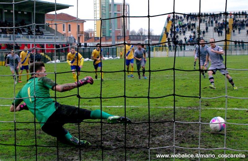 05-01-014 Alessandria-Pergolettese 3-1 Il rigore calciato da Cavalli. (2)