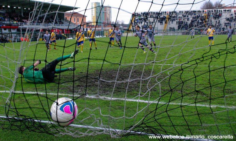 05-01-014 Alessandria-Pergolettese 3-1 Il rigore calciato da Cavalli. (3)