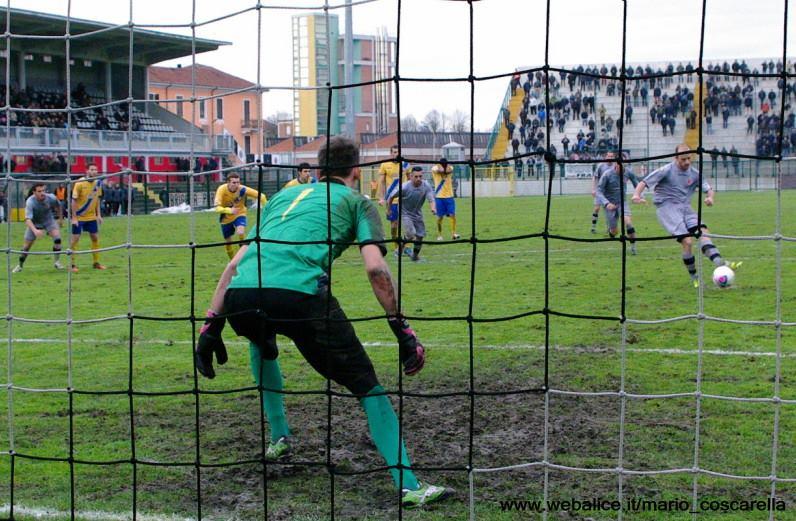 05-01-014 Alessandria-Pergolettese 3-1 Il rigore calciato da Cavalli