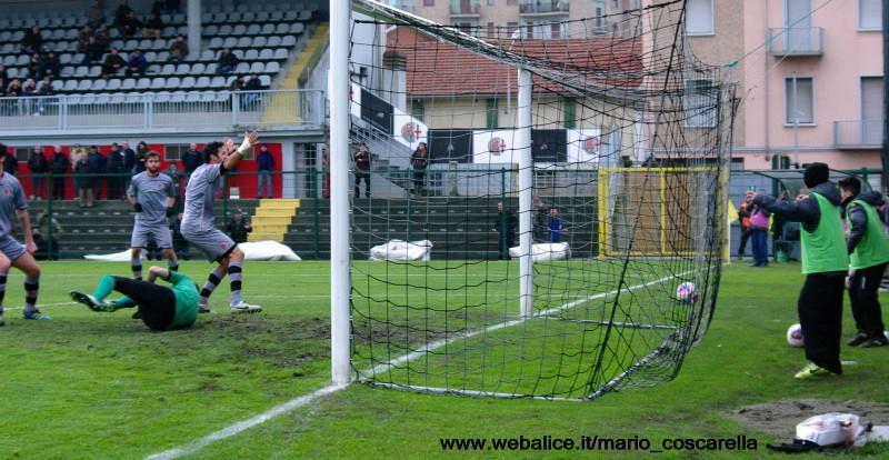 05-01-014 Alessandria-Pergolettese 3-1 Sirri (fuori campo) colpisce la palla di testa, gol dell'1a 0. (4)