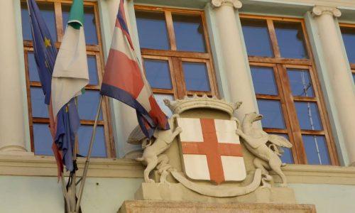 Scuola De Amicis, facciata con stemma cittadino