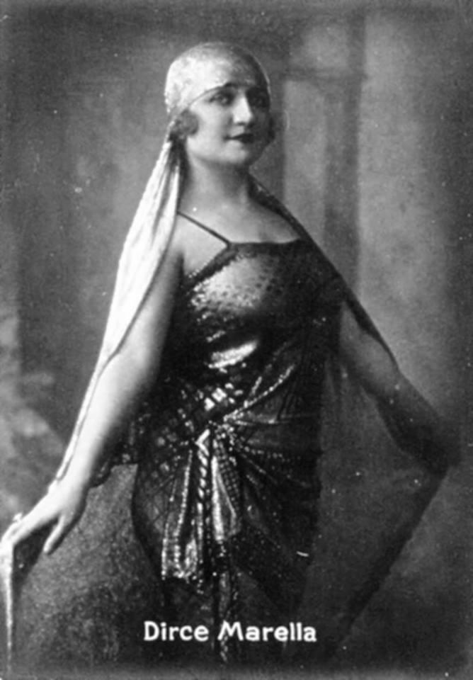 Dirce Marella, celebre soubrette degli anni '20-'30, partecipò come madrina, nel 1921 e nel 1922, giungendo apposta da Roma, al tradizionale Veglione Grigio (finora non ho scoperto in quale sala si effettuò la serata).