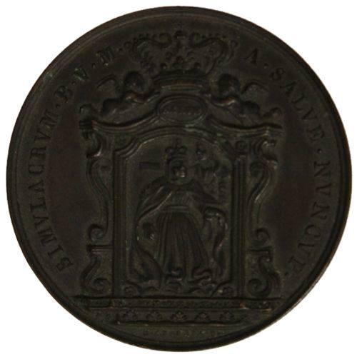 """""""Recto"""" della medaglia coniata nel 1843 inoccasione dell'incoronazione del ven.do Simulacro con la Corona decretata dal Capitolo dei Canonici della Basilica di San Pietro in Vaticano. Si legge la scritta: Simulacrum B.V.M. a Salve numcupatum."""
