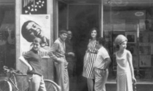 """1963 – Gianni Morandi  davanti all'ingresso del negozio di dischi """"Monferrato"""""""