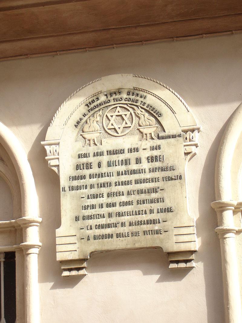 Lapide commemorativa delle vittime della follia nazista sulla facciata della sinagoga di Alessandria.