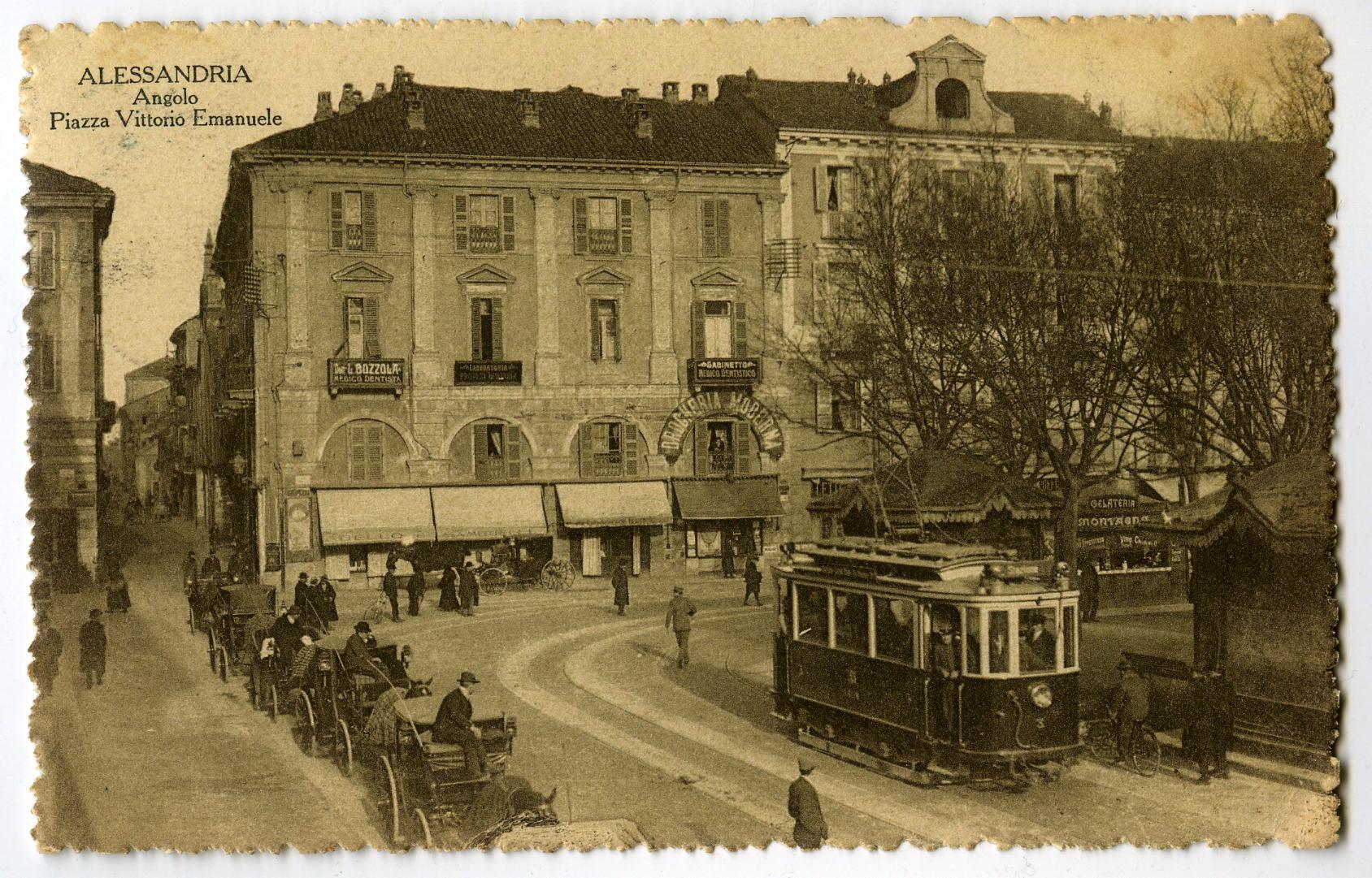 Tram elettrico e carrozze a noleggio in attesa di passeggeri in piazza Vittorio Emanuele II (ora piazza della Libertà). Alessandria