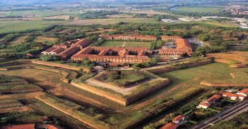 La fortezza, separata dalla città dal fiume Tanaro, è una delle strutture medievali più belle d'Europa.