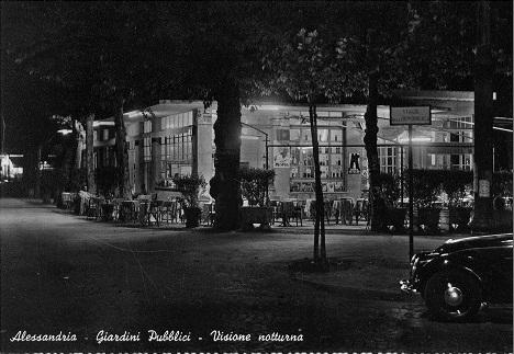Alessandria - Splendida cartolina dei giardini pubblici (notturno). Notare l'elegante bar all'angolo con Viale Repubblica e l'auto d'epoca sulla destra.