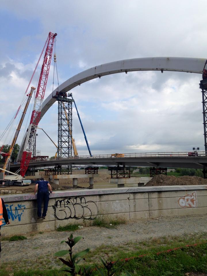 Completato l'arco, il ponte comincia a delinearsi e cambia lo skyline della città. 