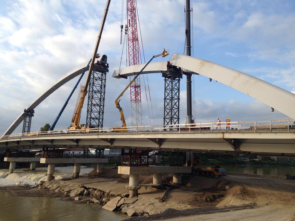 Completato l'arco, il ponte comincia a delinearsi e cambia lo skyline della città