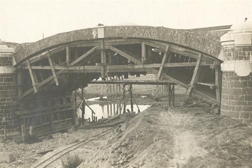 Fotografia: ponte sul Tanaro visto da valle con ponte di legno provvisorio a monte. Armatura di un'arcata - La Cittadella è da presumersi a destra (fondo Guerci)