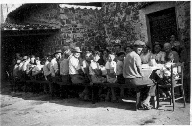 E poi c'erano le tavolate all'aperto, quelle che si facevano in questo periodo, per la mietitura e la battitura...vere e proprie feste familiari, dove per tutti c'era un posto e cibo abbondante....