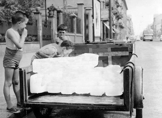 In questa foto, ciò che per anni succedeva in Alessandria, la vendita del ghiaccio che attirava in particolare noi bambini.