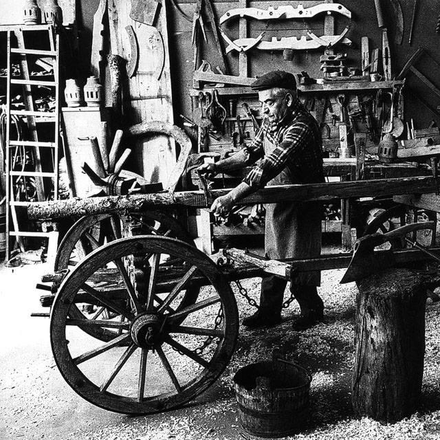 Il costruttore di carri: Era un artigiano esperto falegname e fabbro,doveva sapere di carpenteria , saldatura e tornitura,era un grande conoscitore di legname e sapeva costruire vari tipi di veicoli da trazione, dai grandi carri agricoli, ai birocci, ai calessi... Era un mestiere che richiedeva anni e anni di apprendistato,ed era tenuto da tutti in grande considerazione ...