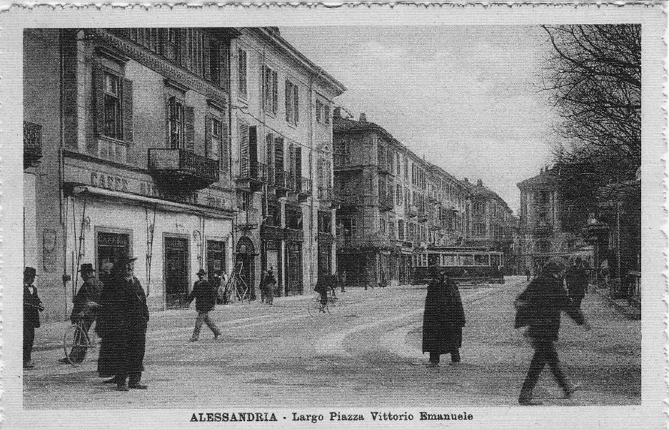 Il caffè Roma, dove si faceva buona musica (in un complessino nel dopoguerra suonava l'ex sindaco Abbiati, testimone di una rissa tra soldati americani), dove nacque uno dei primo Hot Jazz Club Italiani e fu sede degli Universitari.