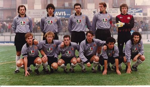 U.S. Alessandria 1989-90: In piedi da sinistra: Mazzeo, Chiti, Conti, Manetti, Lazzarini. Accosciati: Briata, Di Bin, Fiori, Sereni, Tortora, Riccitelli. www.museogrigio.it