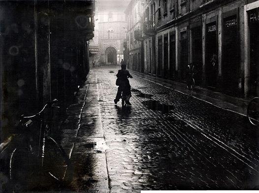 Via Vochieri in una piovosa domenica di Austerity del '74