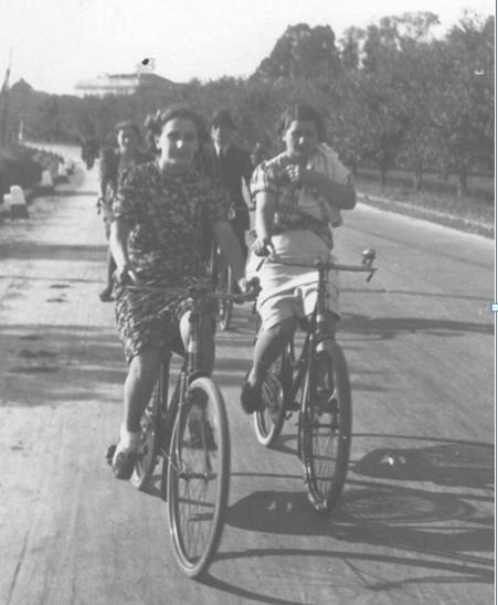 """Sulla piana di Marengo. """"…Si scrivevano per sognare. Si cercavano perché il mondo là fuori era vasto ed incerto, coi suoi spazi vuoti e i silenzi. E metteva inquietudine. Si scrivevano con impazienza trepida e rispettosa per avere risposte che arrivavano dopo giorni o mesi. Che talvolta non arrivavano mai…"""" Strada per Marengo, inverno 1944. Tardo pomeriggio. Il ragazzo ha appoggiato la pesante bicicletta alla balaustra del ponte e continua ad andare su e giù. Cerca di darsi un contegno fingendosi interessato alla Bormida ed ai barconi galleggianti imprigionati dal ghiaccio. Poco prima una folata di vento gli ha fatto volare via il cappello. Non c'è stato più nulla da fare se non quella di rassegnarsi a vederlo dibattersi sempre più velocemente nei mulinelli tra i piloni e poi sparire miseramente nella fredda acqua gelida. Per fortuna in quel momento, nessuno passava ad accrescere la sua vergogna con una bella risata. Un Borsalino nuovo di zecca regalatogli per la promozione come ingresso nel mondo del lavoro e degli adulti. A casa ne sentirà delle belle… Ma ora non ha tempo per pensare a queste cose. Altre preoccupazioni attanagliano il suo animo. Ad esempio: la tardata comparsa sulla scena, di una certa ragazzetta, """"cerchez la femme"""", la cui immagine non gli esce più dalla mente: da quando quei due occhi lucenti come 'kriss' lo han trafitto a morte. La loro ambasciatrice e proprietaria a quest'ora dovrebbe essere già passata salutandolo con un sorriso ed uno di quegli sguardi che non sai mai se sia di scherno o di invito ad attaccare discorso. Due piccole onde, in cui il nostro giovane è miseramente annegato dal giorno in cui l'ha vista. Come il suo cappello. E' successo da quando ha incominciato con regolarità a recarsi in città per il nuovo lavoro. Ormai conosce i suoi orari e cerca di essere sempre al momento giusto su quel pezzo di strada che come un colpo di spada dal castello di Marengo, porta ad Alessandria. Uno stradone così lungo quando uno è solo a pedala"""