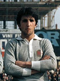 Angelo Giglio, chi era costui? Terzino di scuola comasca, Giglio gioca una sola stagione nei Grigi. 30 partite senza gol in un'Alessandria che se la gioca nel campionato di C 1976/77. Giglio è nato 59 anni fa, il 17 luglio 1995, a Barletta.