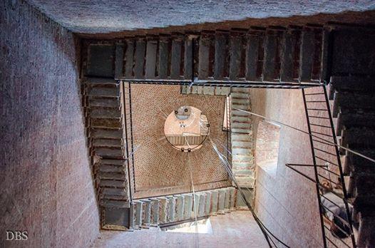 Il campanile del Duomo di Alessandria visto da una singolare prospettiva.