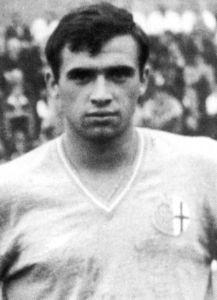 Elio, mitico, grande Elio. Giocatore generoso, elegante, leale, duttile. Elio Vanara nasce a Fubine il 31 luglio 1944 ed esordisce in B coi Grigi a poco più di 16 anni; 73 le sue partite nella prima parentesi alessandrina; poi il Genoa dove gioca 71 gare e il Perugia con 188 presenze, idolatrato come un mito dal pubblico del Santa Giuliana. Torna in Grigio nel 1974, in B e gioca ancora 87 volte, per poi chiudere la carriera a Tortona.