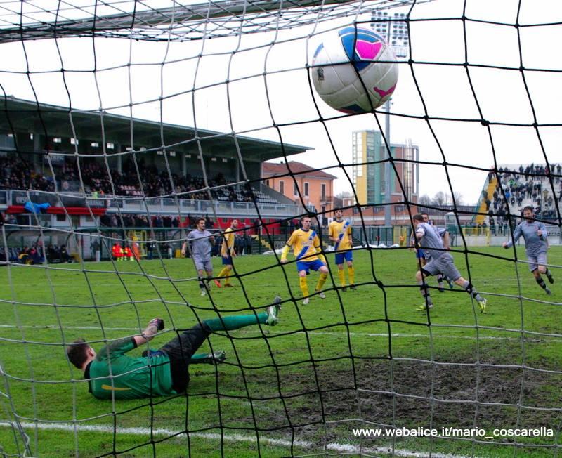 05-01-014 Alessandria-Pergolettese 3-1 Il rigore calciato da Cavalli. (4)