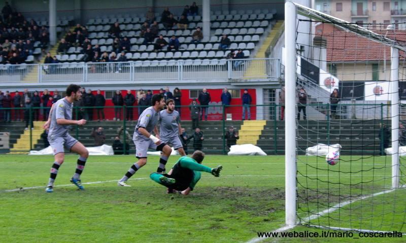 05-01-014 Alessandria-Pergolettese 3-1 Sirri (fuori campo) colpisce la palla di testa, gol dell'1a 0 (2)