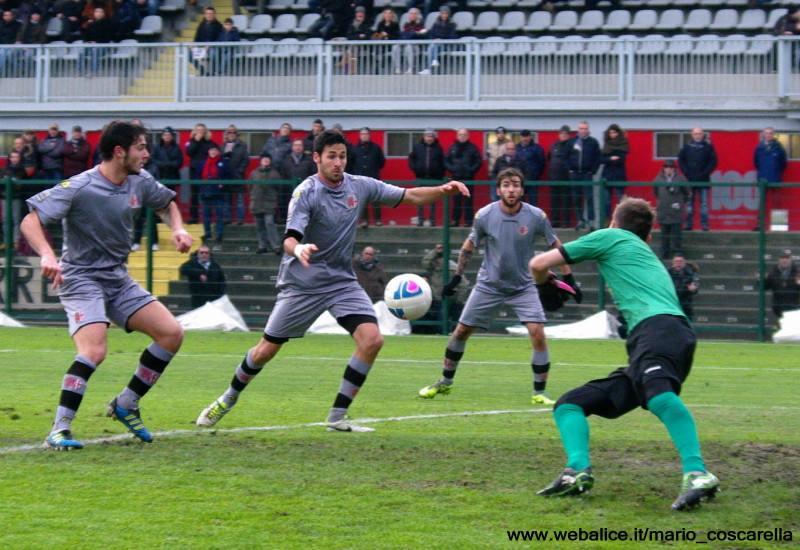 05-01-014 Alessandria-Pergolettese 3-1 Sirri (fuori campo) colpisce la palla di testa, gol dell'1a 0 (3)