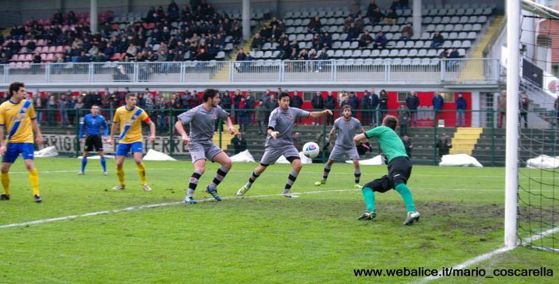 05-01-014 Alessandria-Pergolettese 3-1 Sirri (fuori campo) colpisce la palla di testa, gol dell'1a 0