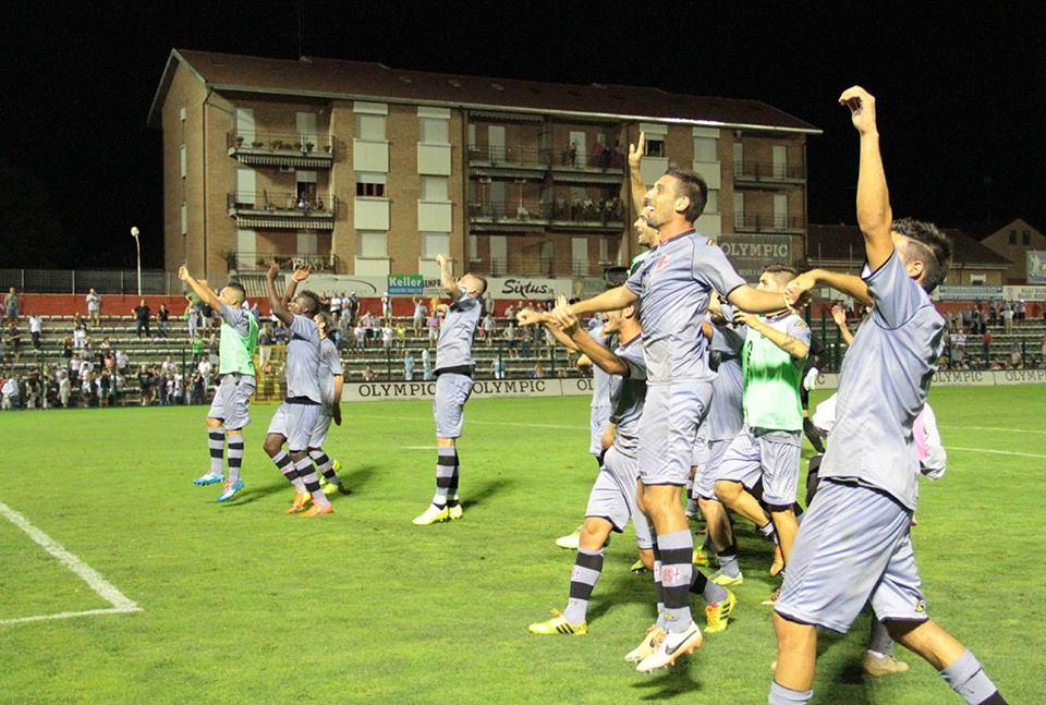 I giocatori dell'Alessandria esultano sotto la curva dopo la vittoria