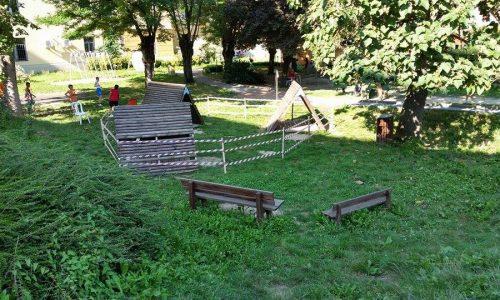 Situazione al 5 agosto 2014 del parco delle sensazioni via Pacinotti Alessandria. Zone inibite al gioco, erba alta, buche..