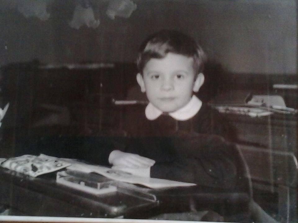 Carlo Poggio Primo giorno di scuola alla Zanzi,1970, foto in b/n, sui mitici banchi di legno..