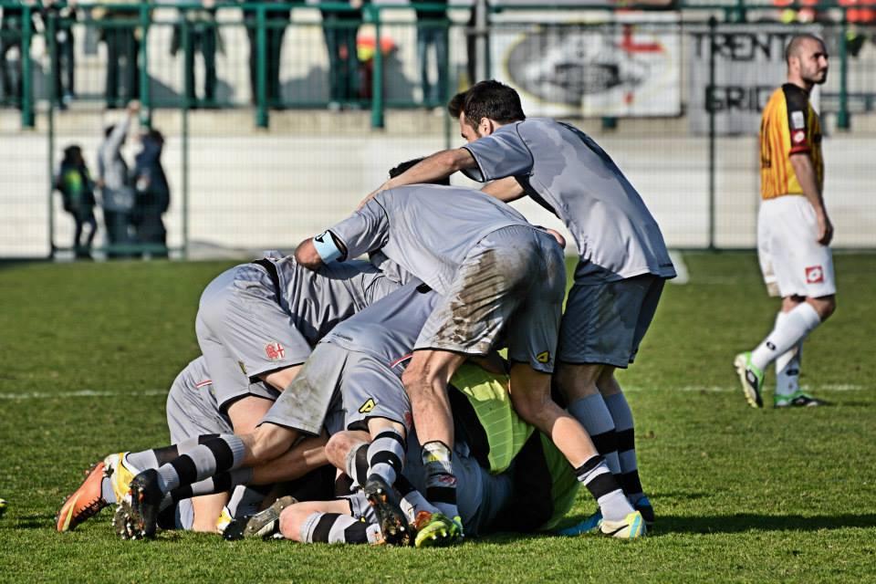 Alessadria - Bassano 2-1 09-03-014 - Marconi festeggiato dopo il gol. 2