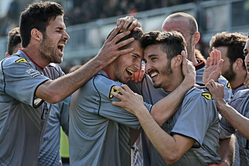 Alessadria - Bassano 2-1 09-03-014 - Sampaolesi festeggiato dopo il gol. (2)