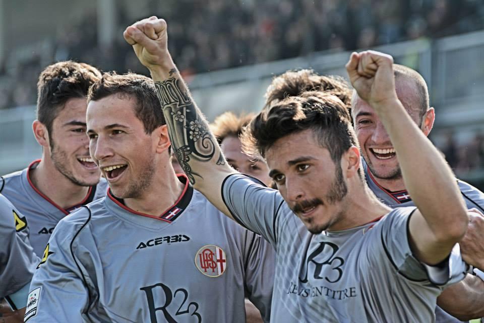 Alessadria - Bassano 2-1 09-03-014 - Sampaolesi festeggiato dopo il gol. (3)