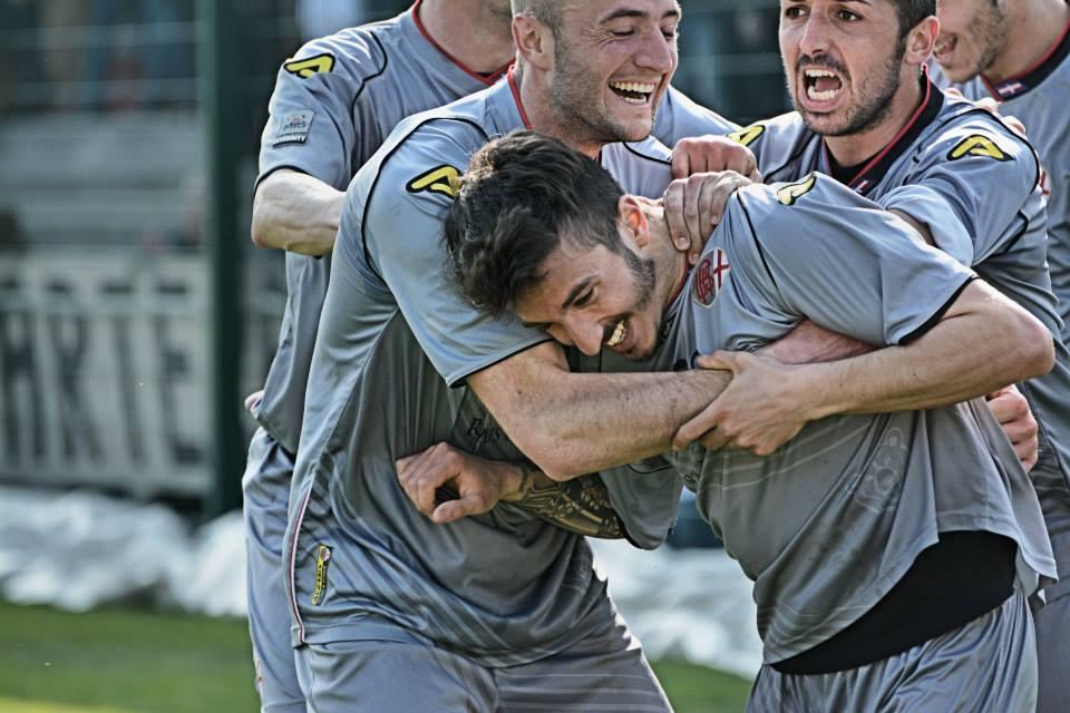 Alessadria - Bassano 2-1 09-03-014 - Sampaolesi festeggiato dopo il gol
