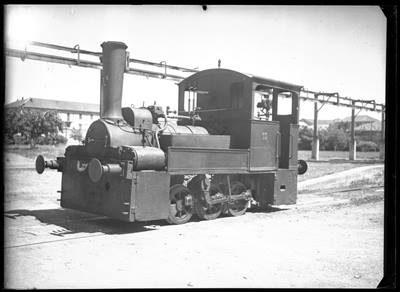 """Trenino Borsalino rimessato che assomiglia molto ad un tram a vapore.   foto tratta da """"I grafismi di Boccassi""""."""
