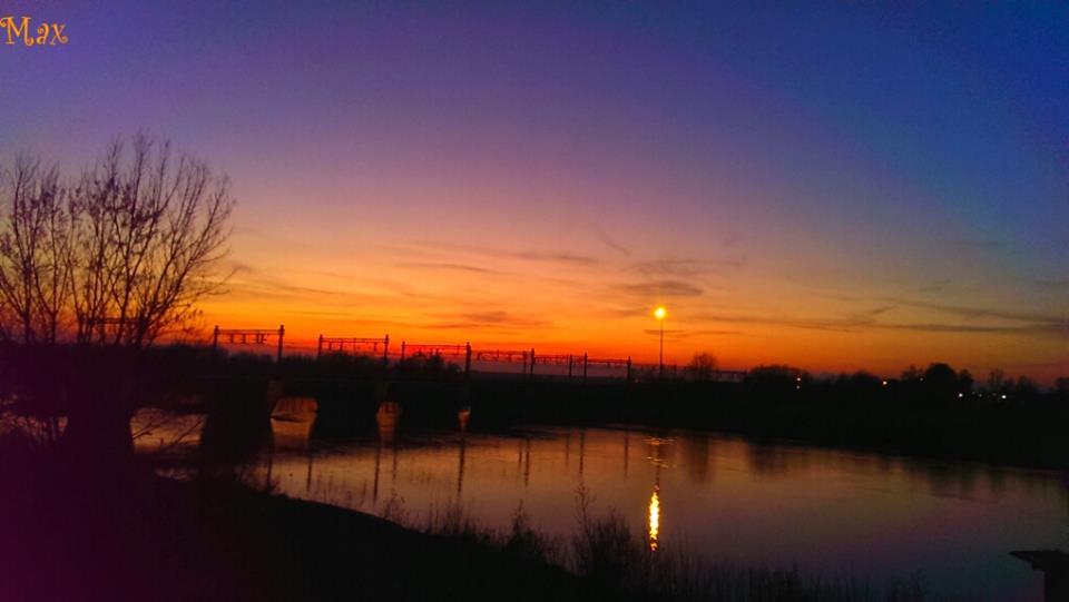 """"""" Il tramonto conclude il giorno gli anni si spostano sotto l'impero del sole i giorni seguono i giorni  ricordo scaccia ricordo..."""" Edwin Muir) Nella foto: il ponte ferroviario di Alessandria al tramonto."""