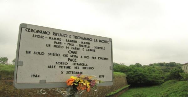 """La Città di Alessandria sabato ricorderà le vittime del bombardamento del 5 settembre 1944 a Borgo Cittadella. Esattamente 70 anni fa il rifugio situato sotto la statale venne colpito ad una delle estremità da una bomba dirompente. Trentanove persone rifugiate a Borgo Cittadella persero la vita. Il bombardamento fu un vero massacro. Come ricostruito dall'Isral, Istituto per la storia della resistenza, per 20 delle 39 vittime venne infatti stilato un certificato di """"morte presunta"""" per l'impossibilità di identificare i resti. """"Spose, mamme, bambini, mariti, padri, figli, fratelli e sorelle"""" trovarono la morte nel luogo dove avevano provato a rifugiarsi, come recita la lapide collocata in via Giordano Bruno ad Alessandria. - See more at: http://www.radiogold.it/notizie/5-cronaca/67597-70-anni-fa-il-bombardamento-a-borgo-cittadella#sthash.5ADsyfyB.dpuf"""