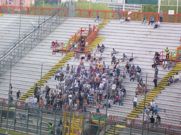 i tifosi dei grigi in curva a Perugia