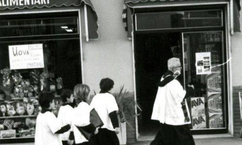 Vi ricordate quando il parroco quando passava a benedire i negozi e le case…