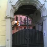 Cortile e portone di via Padova