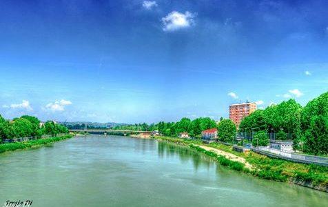 Il fiume Tanaro scorre calmo e placido.
