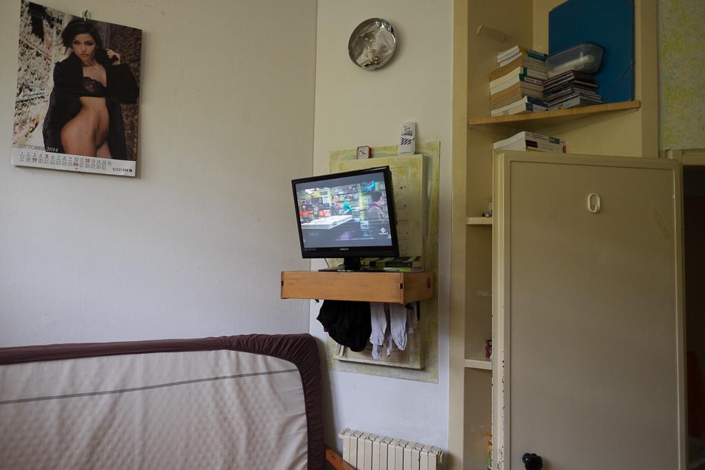 Un poster, una televisione, qualche mensola