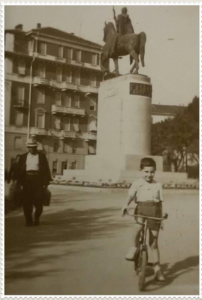 Alessandria. .giardini con monumento ai caduti. ..il ragazzino in posa per foto ricordo. .