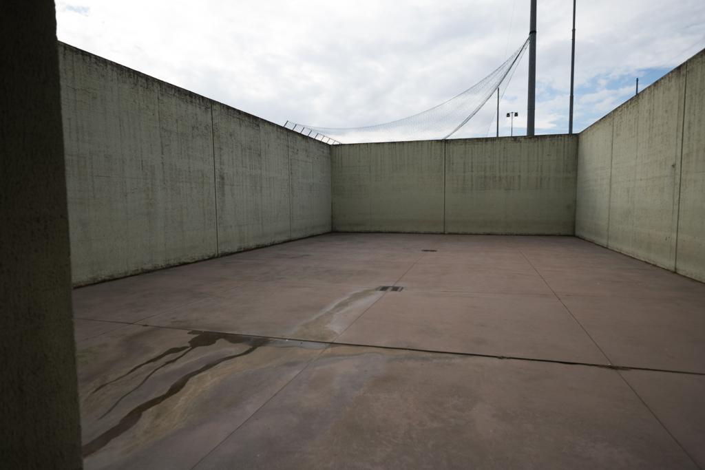 """Questo è lo spazio dedicato all'""""aria"""", cioè al periodo che i detenuti possono passare all'aperto. E' in effetti molto ridotto e completamente spoglio"""