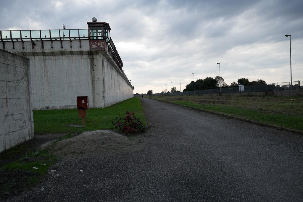 Usciamo dalle mura. Siamo tornati nel cortile più esterno dell'istituto. La zona delle celle e i detenuti sono ormai lontani
