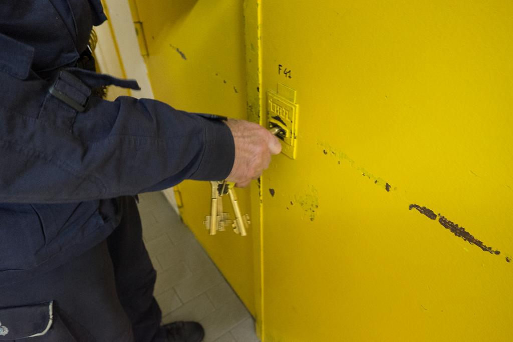 Ci dirigiamo ora verso le sezioni che contengono le celle vere e proprie. Altro cancello giallo, altra chiave.