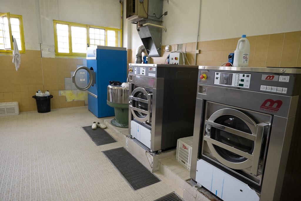 Enormi lavatrici e asciugatrici assicurano il ricambio della biancheria e delle lenzuola
